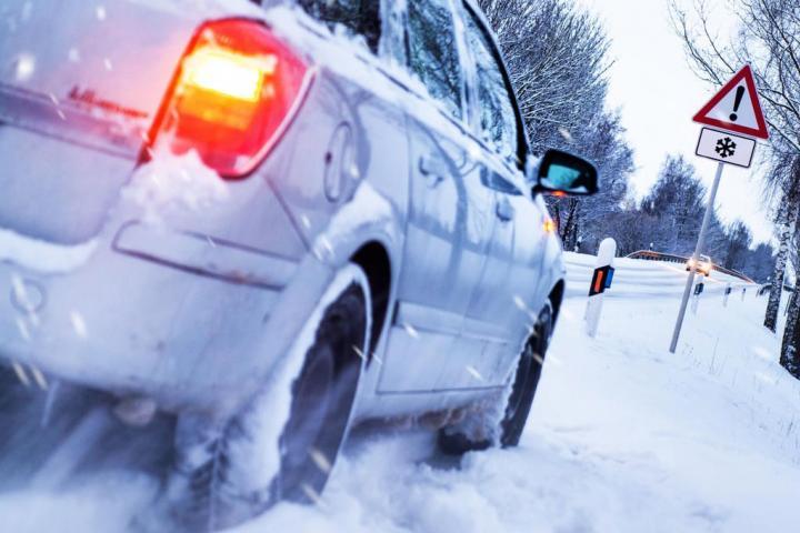 Вождение в сложных дорожных условиях: безопасное зимнее вождение, защитное вождение, безопасное вождение специализированной техники