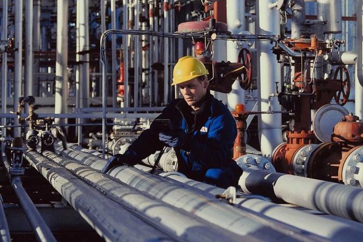 Персонал, обслуживающие трубопроводы пара и горячей воды